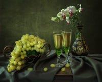 С орхидеями, виноградинами и вином Стоковое фото RF