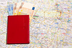 A с пасспортом денег на карте Стоковые Изображения RF