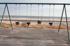 С пляжа сезона с пустые качания Стоковое Фото