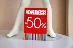 50% с продажи подписывают внутри магазин одежды стоковые фото