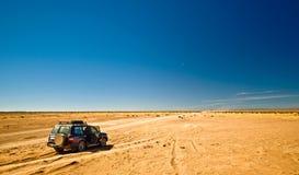 С путешествия дороги с 4x4 SUV в марокканськой пустыне и Hammada ` hamid m Стоковые Изображения