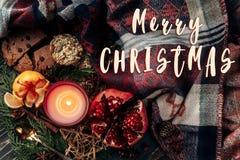 С Рождеством Христовым знак текста на положении стильного рождества плоском с чонсервной банкой Стоковые Фотографии RF