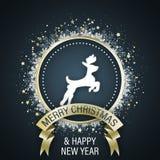 С Рождеством Христовым и счастливая поздравительная открытка Нового Года с белым символом северного оленя в средней, золотой лент иллюстрация штока