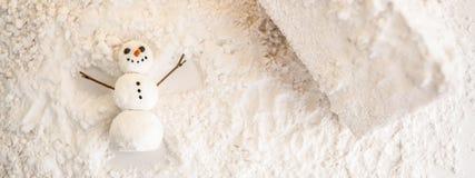 С Рождеством Христовым и счастливая поздравительная открытка Нового Года с экземпляр-космосом жизнерадостный снеговик делает анге стоковое изображение