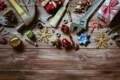 С Рождеством Христовым и счастливый Новый Год с сподручной предпосылкой инструментов Стоковое Изображение RF