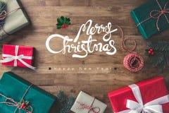 С Рождеством Христовым и счастливый текст приветствию Нового Года на деревянном столе стоковые фотографии rf