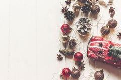 С Рождеством Христовым концепция, плоское положение современные орнаменты, острословие игрушки автомобиля Стоковые Изображения