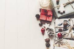 С Рождеством Христовым концепция, плоское положение стильные настоящие моменты и wi подарков Стоковая Фотография