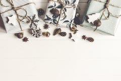 С Рождеством Христовым концепция, плоское положение стильные настоящие моменты и wi подарков Стоковые Фото