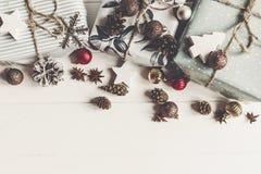 С Рождеством Христовым концепция, плоское положение стильные настоящие моменты и wi подарков Стоковая Фотография RF