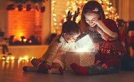 С Рождеством Христовым! мать и дети семьи с волшебным подарком на Стоковые Фотографии RF