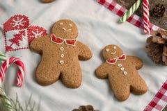 С Рождеством Христовым натюрморт рождества с традиционными печеньями пряника на таблице Семейное торжество Счастливое новое… пиво Стоковое Изображение