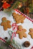 С Рождеством Христовым натюрморт рождества с традиционными печеньями пряника на таблице Семейное торжество Счастливое новое… пиво Стоковое Фото