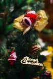 С Рождеством Христовым орнамент знака текста прикрепленный на дереве Xmas - selec Стоковые Фотографии RF