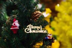 С Рождеством Христовым орнамент знака текста прикрепленный на дереве Xmas - селективном фокусе Стоковые Фото