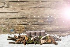 С Рождеством Христовым пришествие украшения горя серый идти снег Blurred свечи Стоковые Фото