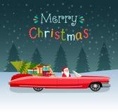 С Рождеством Христовым стилизованное оформление Винтажный красный cabriolet с Санта Клаусом, рождественской елкой и подарочными к иллюстрация штока