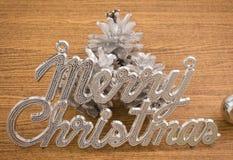 С Рождеством Христовым текст с безделушками и Pinecones Стоковые Фотографии RF