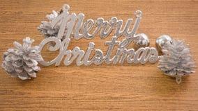 С Рождеством Христовым текст с безделушками и Pinecones Стоковая Фотография RF