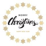 С Рождеством Христовым литерность руки с золотыми снежинками Стоковое Изображение RF