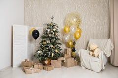 С Рождеством Христовым и счастливая комната праздников a красивая живущая украшенная для стоковое фото rf