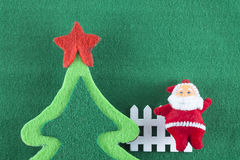 С Рождеством Христовым и счастливые Новый Год, Санта Клаус и рождественские елки на зеленой предпосылке Стоковое Изображение