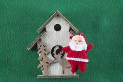 С Рождеством Христовым и счастливый Новый Год, Санта Клаус на зеленой предпосылке Стоковая Фотография RF