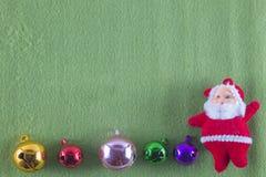 С Рождеством Христовым и счастливый Новый Год, Санта Клаус на зеленой предпосылке Стоковые Изображения RF