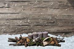 С Рождеством Христовым пришествие украшения горя серую свечу запачкало сообщение 2-ое космоса текста снега предпосылки Стоковая Фотография RF