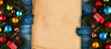 С Рождеством Христовым рамка с реальной деревянной зеленой сосной, красочными безделушками, boxe подарка и другим сезонным вещест Стоковое Изображение RF
