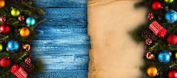 С Рождеством Христовым рамка с реальной деревянной зеленой сосной, красочными безделушками, boxe подарка и другим сезонным вещест Стоковое Фото