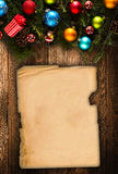 С Рождеством Христовым рамка с реальной деревянной зеленой сосной, красочными безделушками, boxe подарка и другим сезонным вещест Стоковая Фотография