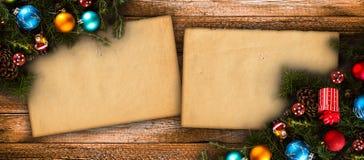 С Рождеством Христовым рамка с реальной деревянной зеленой сосной, красочными безделушками, boxe подарка и другим сезонным вещест Стоковые Изображения RF