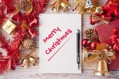 С Рождеством Христовым слово на тетради и подарочной коробке рождества с декабрем Стоковые Фотографии RF