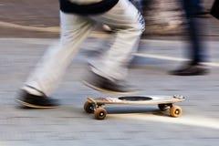 С скейтбордом в городе Стоковые Фотографии RF