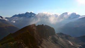 С солнцем греет утесы и пар поднимает от камней отснятый видеоматериал гор и гребня горы в Маттерхорне видеоматериал