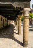 С средневековыми портиками под полами Стоковые Изображения RF