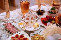 Служат еда и украшенный таблице свадьбы С знаком от древесины, покрашенная белизна никакая 1 Стоковые Изображения