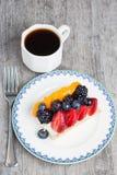Служат пирог плодоовощ, который и подготавливает для еды Стоковая Фотография