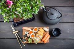 Служат суши, который и подготавливают для еды Стоковые Изображения