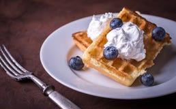 Служа бельгийский waffle на белой плите с голубиками и doubl Стоковая Фотография