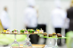Служа красивые блюда на таблице стоковые изображения rf