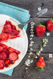 Служа домодельная клубника испечет или пирог на деревянном столе Стоковое фото RF