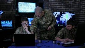 Служба безопасности, командир в форме в комнате контроля сток-видео