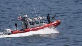 Служба береговой охраны США с пулеметом на воде видеоматериал