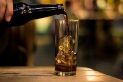 Служение питья в баре Стоковые Фото