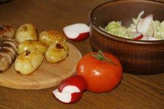 Служение таблицы с свежими картошками Стоковые Фото