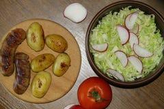 Служение таблицы с свежими картошками Стоковая Фотография