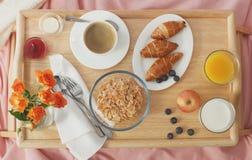 служят завтрак кровати, котор тонизировано Стоковая Фотография