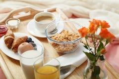 служят завтрак кровати, котор Стоковые Фото